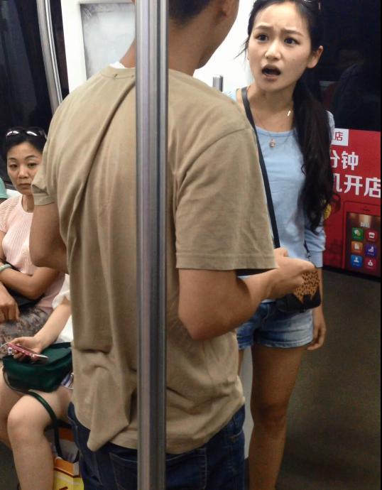 北京地铁惊现暴走女汉子 拖行男友进地铁组