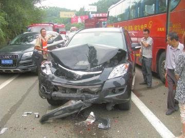 四川成渝高速两客车追尾致19车连环相撞 1死4伤 组图高清图片