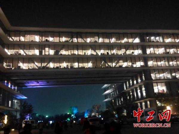 """阿里巴巴总部竖起百平米大屏直播""""双十一""""(图)图片"""