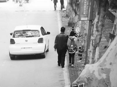 万勤/骗子让女青年和自己装成父女在路上依偎而行。记者万勤翻拍