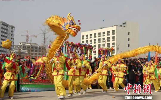 甘肃农民耍社火扭秧歌迎接羊年元宵节(组图) - 九色鹿 - 九色鹿