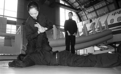 训练基地内练习擒拿术.-守护客舱安全的 女空保图片