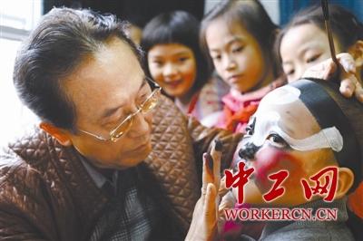 国家一级演员张艺能教小学生画京剧脸谱