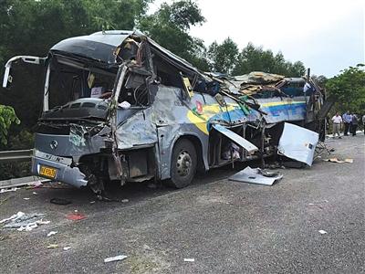广西南宁,一辆大客车在广昆高速发生翻车事故.事故车辆被恢复