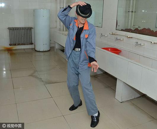 """今年53岁的""""保洁叔""""王世金头发已经花白,曾在《中国梦想秀》模仿图片"""