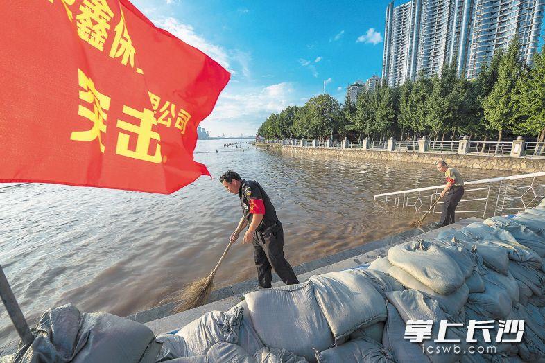 21万志愿者奋战抗洪抢险救灾一线(图)