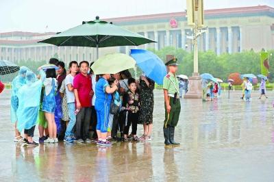 天安门广场动人一幕 武警哨兵给游客让伞刷爆朋友圈