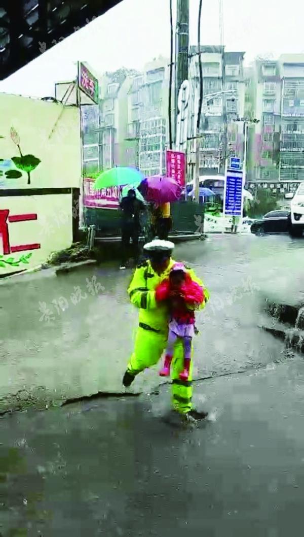暴雨中祖孙俩摔倒在地 交警、市民一起上前帮忙-冷暖人间-社会