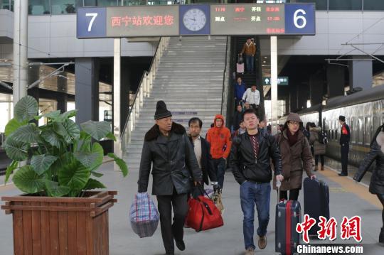 青藏铁路公司10日对外表示,将于本月12日零时起,实行新的列车运行图,新增多趟旅客列车,压缩部分旅客列车运行时间。图为西宁站内。 罗云鹏 摄