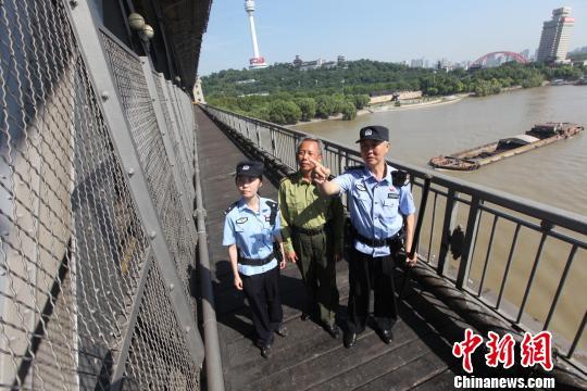花甲铁警保卫武汉长江大桥近20载 步行逾5万公里