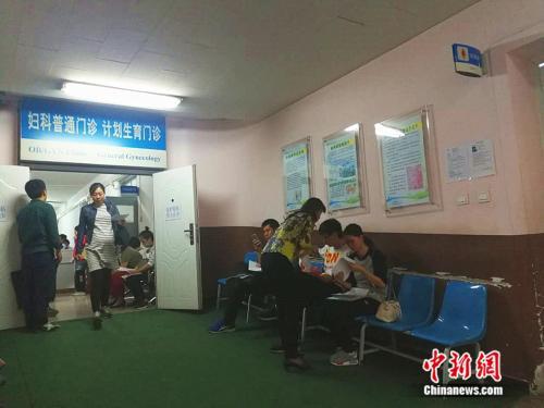 北京大学第一医院妇儿门诊内准妈妈在进行检查 中新网记者 张尼 摄