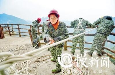 美景背后的故事:夫妻悬崖保洁 每天绳端步步惊心(