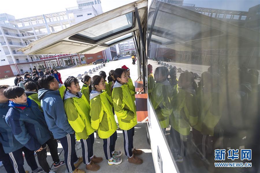 (社會)(2)移動售票進校園 情暖藏族師生心