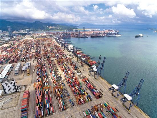 深圳盐田港是世界上最繁忙的港口之一 羊城晚报记者 王磊 摄