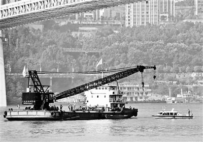 40吨级全旋转浮吊打捞船赶赴现场参加救援图片