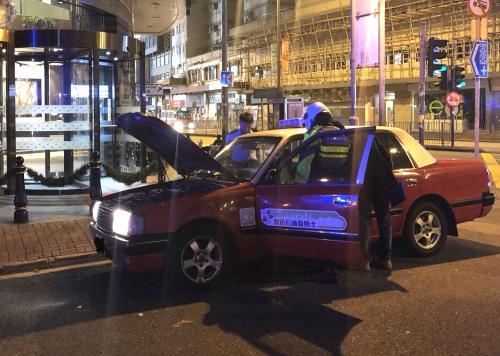 香港警方在兰桂坊一带打击的士违规 拘捕4名司机