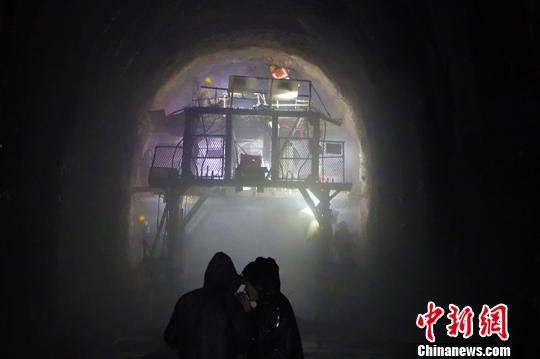 驻守高海拔格库铁路建设者在工地邀亲人过大年(图)