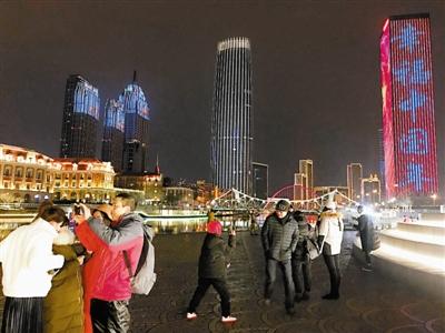 """市民刘先生跟记者说:""""往年窗外鞭炮响声不断,屋里人说话都得提高"""