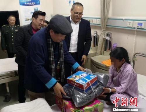 姜昆一行看望在京藏区贫困家庭包虫病患者