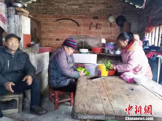 """""""80後""""女子身残志坚照顾两个家三个老人 感动乡邻"""