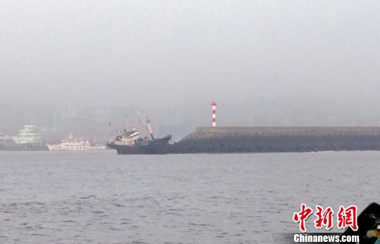 浙江一渔船触堤搁浅 9名渔民成功被救助