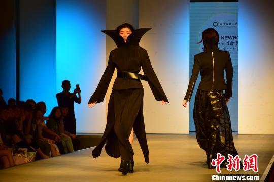 武汉一高校举办毕业设计服装秀 融合中日文化元素
