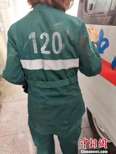 77岁老人遭油罐车碾压 120急救护士钻进车底救人