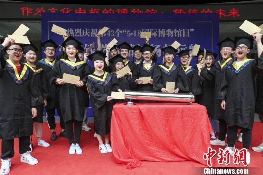 """武汉一高校学生写下毕业愿望  存入""""时间胶囊"""""""