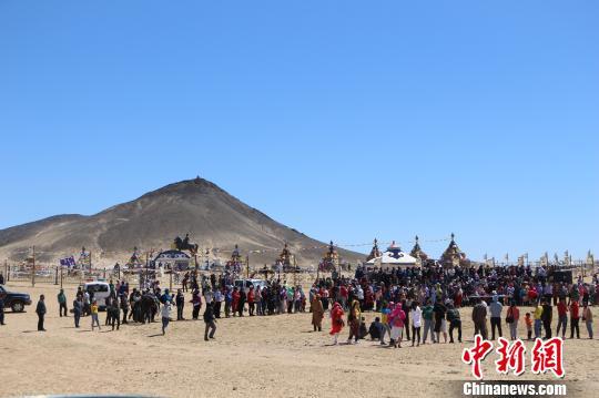 内蒙古乌拉特草原建成99座敖包群 入选大世界基尼斯纪录