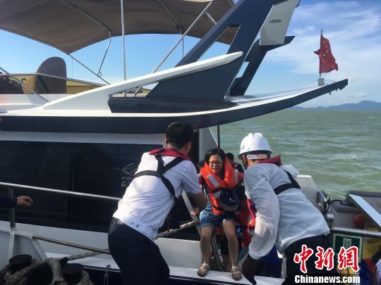一快艇珠江口遇险 海事部门救起全部12人