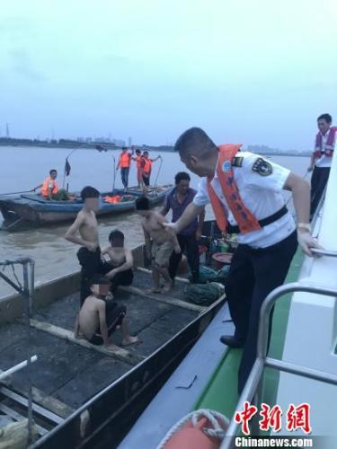 福建晋江4男孩乘泡沫船出海 遇退潮无法返航