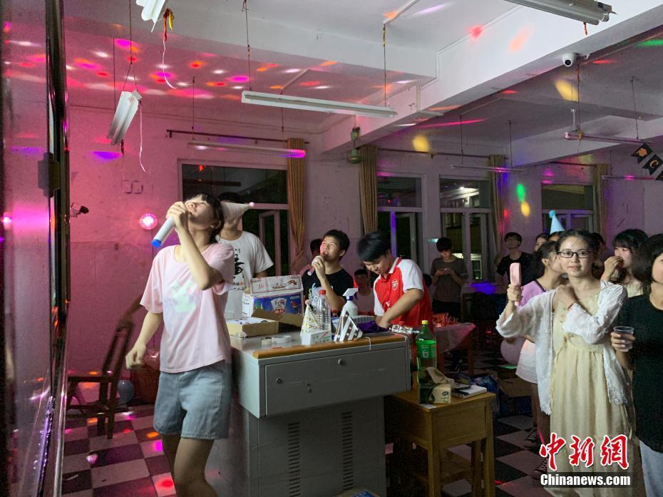 """广西""""00後""""考生教室""""蹦迪""""""""K歌"""" 释放高考压力"""