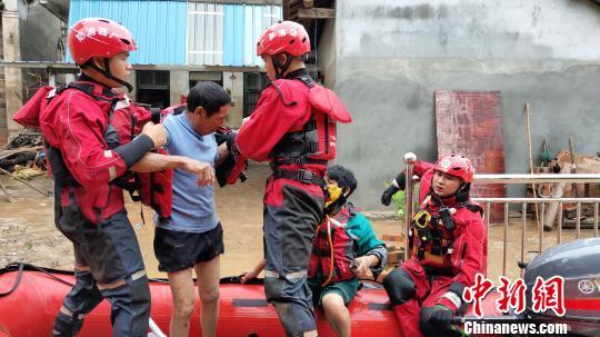 桂林暴雨突袭多地受灾 消防紧急营救遇险民众