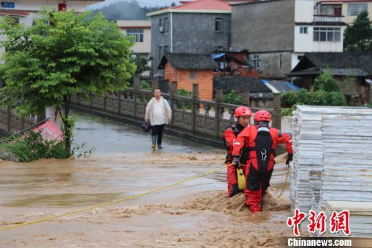 强降雨致广西三江农庄被淹 消防疏散17人