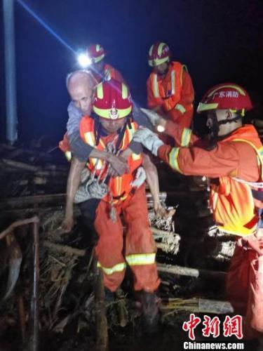 广东河源出动警力上万人次 救援遇险民众700余名