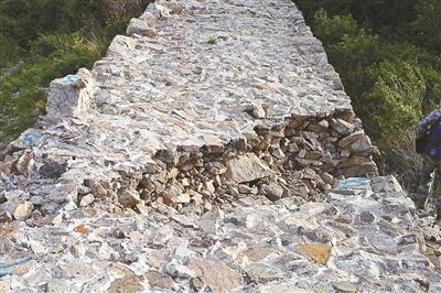 北京昌平一处明长城疑遭人为损伤 城墙豁口2米多长