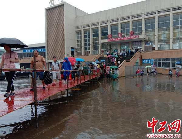 江西丰城遭受暴雨 车站搭桥保障旅客出行