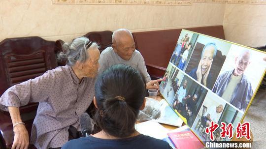 广西百岁夫妻相伴90年四代同堂 儿孙筹钱为其建乡间别墅
