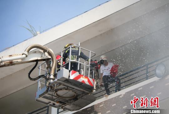 桂林高校开学第一课:五千余名师生齐修消防课
