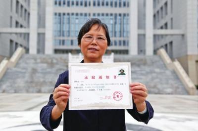 62岁大妈圆大学梦:能走进大学学习,我追寻了24年