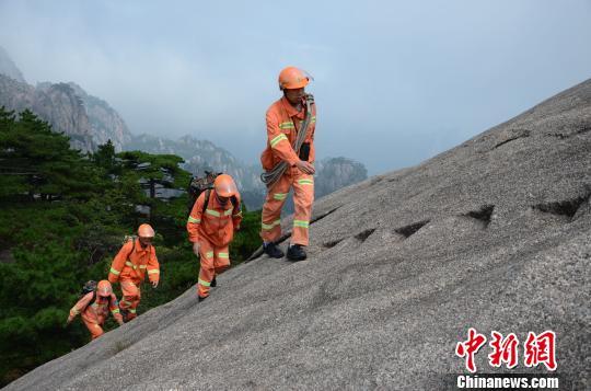 安徽黄山高海拔消防演练:水调至1848米峰顶