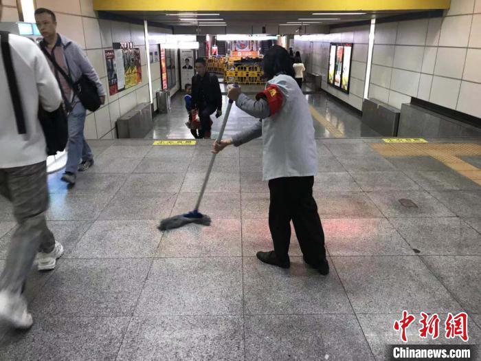 """地铁通道里的""""钢琴家"""":64岁地铁保洁员用音乐寻找快乐"""