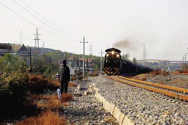 辽宁:79岁大爷一路狂奔救下一列火车