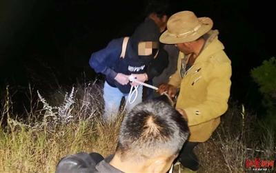 两大学生被困原始森林 多次报警催促警方派直升飞机救援