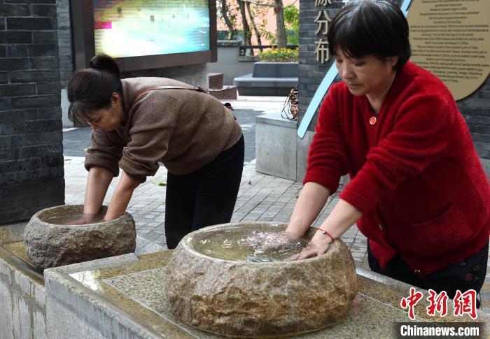 重庆温泉水接入步行街 民众露天泡手泡脚驱寒