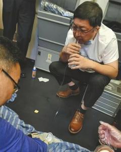 万米高空七旬老人排尿困难 医生用嘴吸尿救人
