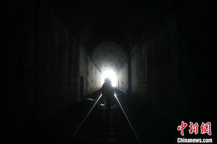 """六盘山隧道里的""""打冰人"""":-20℃下作业6小时护春运"""
