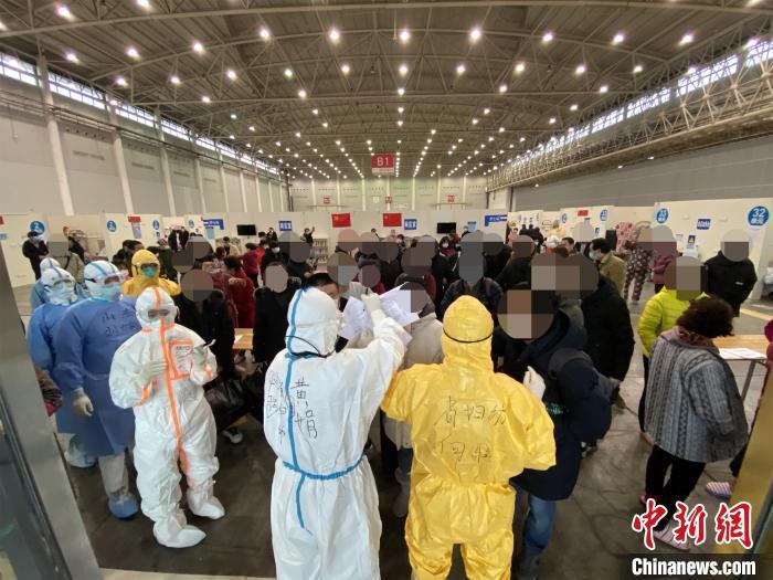 武汉汉阳国博方舱医院首批53名患者康复出舱