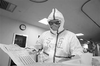 """生命很脆弱,也很坚强  被病人咬了一口的医生张京臣:""""说明他恢复得还不错"""""""